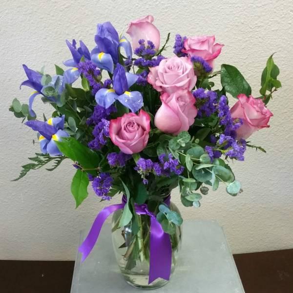 Ирисы и розовые розы