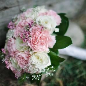 Букет нвесты из белых роз и гвоздик