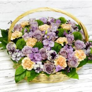 Корзина с гвоздиками и сиреневыми розами
