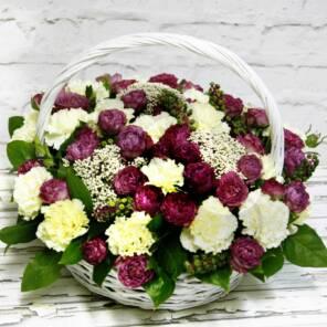 Корзина белых гвоздик и сиреневых роз