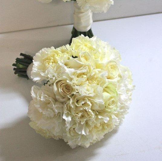 Букет невесты из белых гвоздик и роз круглый