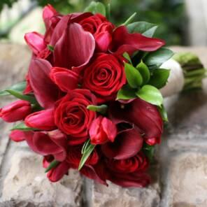 Букет для невесты из красных калл и роз