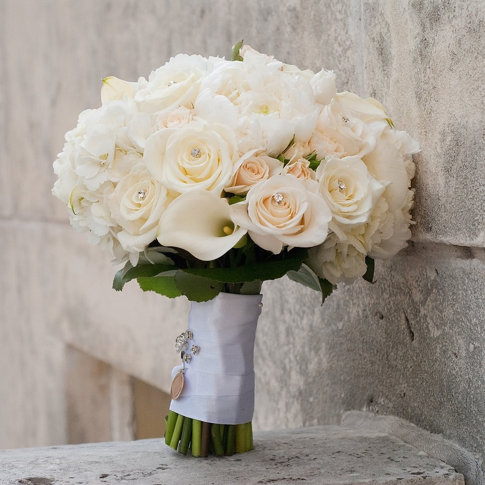 Шикарный букет невесты из роз, калл и гортензии