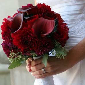 Букет невесты из красных калл, георгин и роз