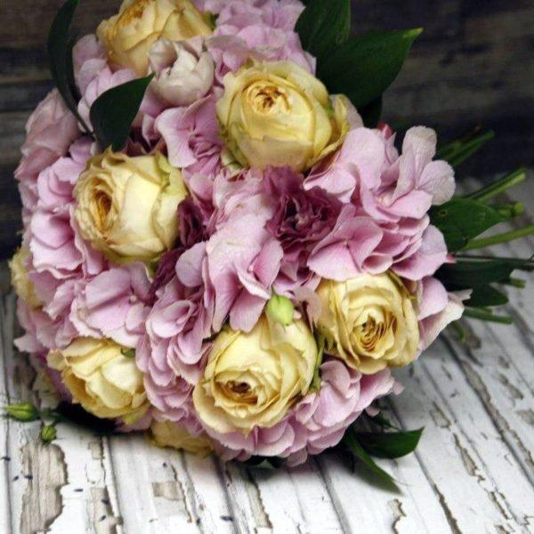 Розовая гортензия и розы