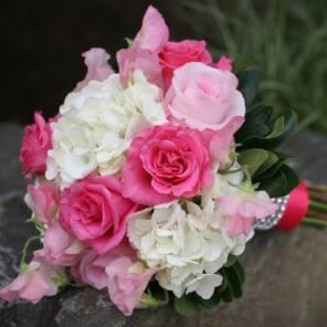 Розовый букет невесты с гортензией и розами