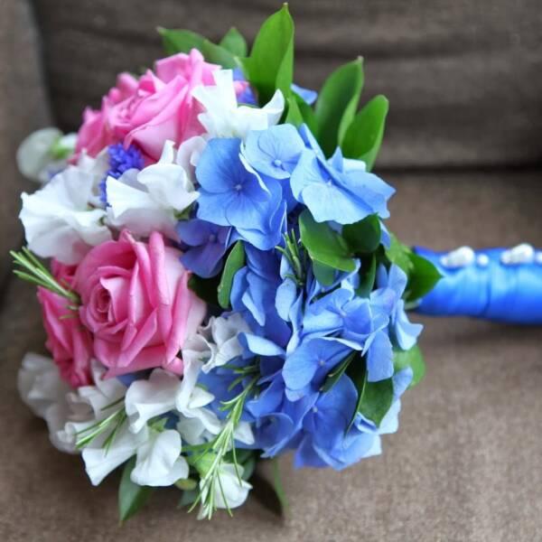 Букет невесты с розовыми розами и голубой гортензией
