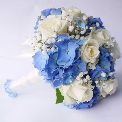 Букет невесты голубой гортензии и белых роз