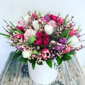 Тюльпаны и гиацинты в коробке