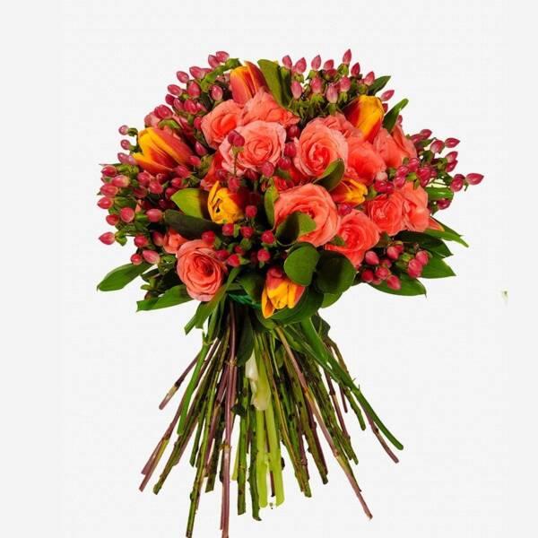 Оранжевые розы и тюльпаны
