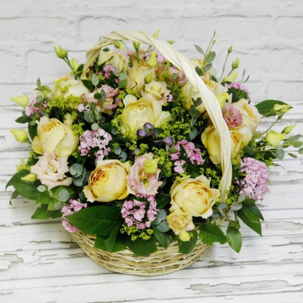 Корзина пионовидных роз и лизиантусов