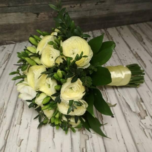 Букет невесты из кремовых ранункулюсов и фрезии