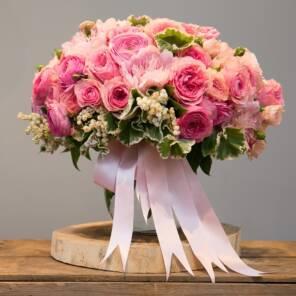 Роскошный букет из дорогих сортов роз, ранункулюсов и пионов