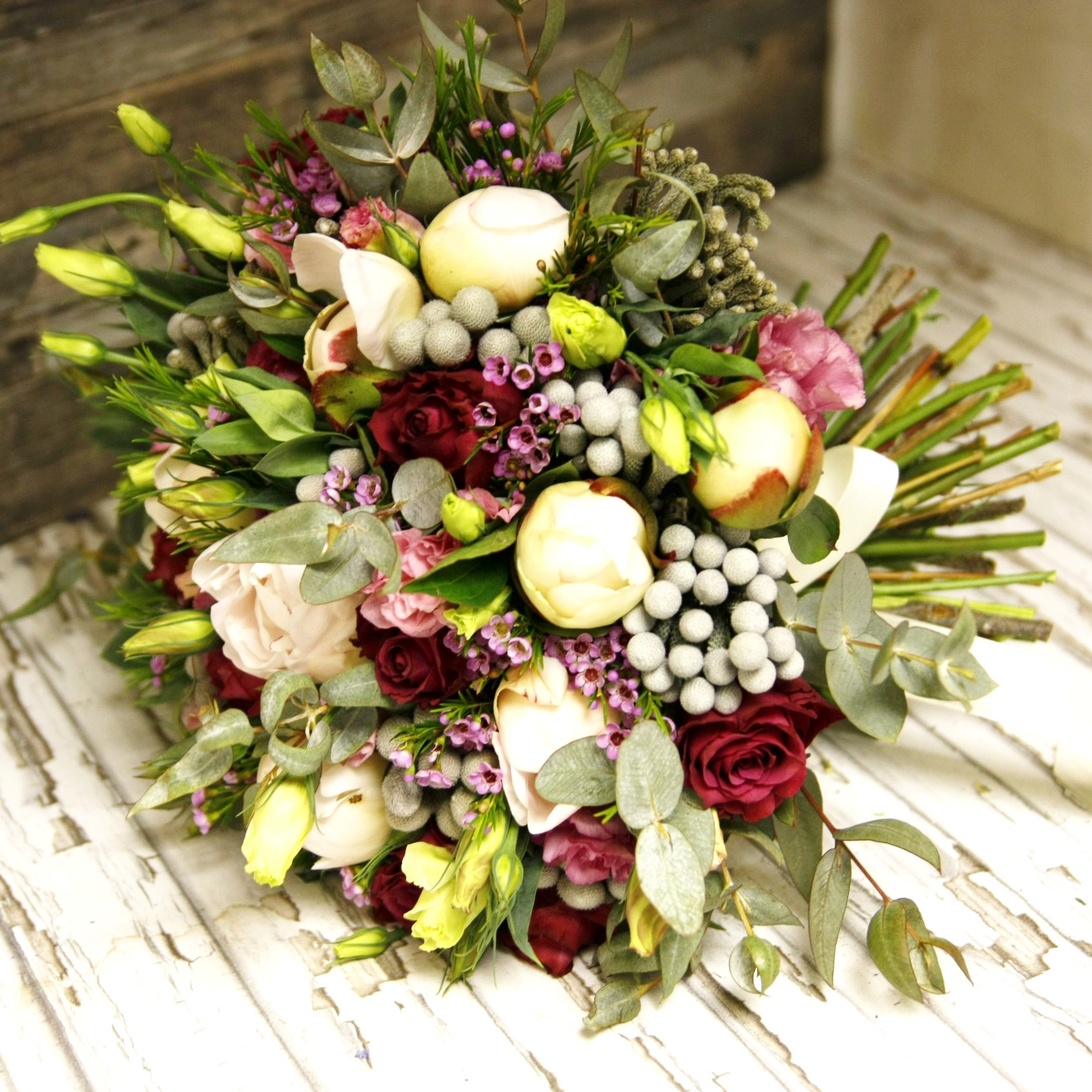Роскошный букет из пионов и роз