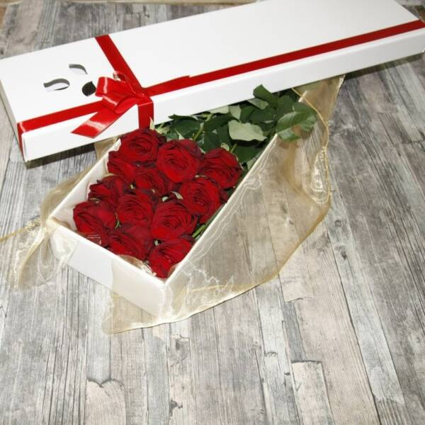 13 алых классических роз в коробке