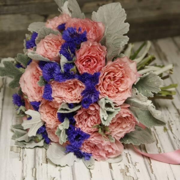Васильки и пионовидные розы Майра Роуз