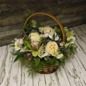 Уютное лукошко с орхидеями и розами