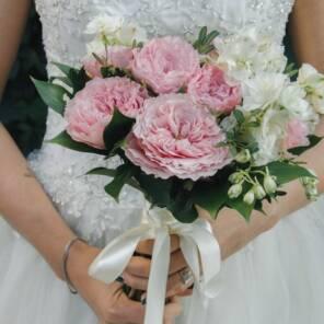 Букет невесты из пионовидных роз Майра Роуз и дельфиниума