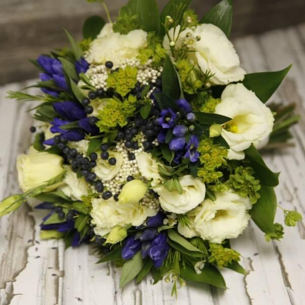 Весениий букет эустомы с синими цветами