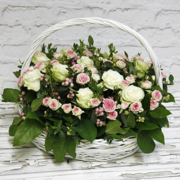 Корзина белых пионовидных и розовых роз