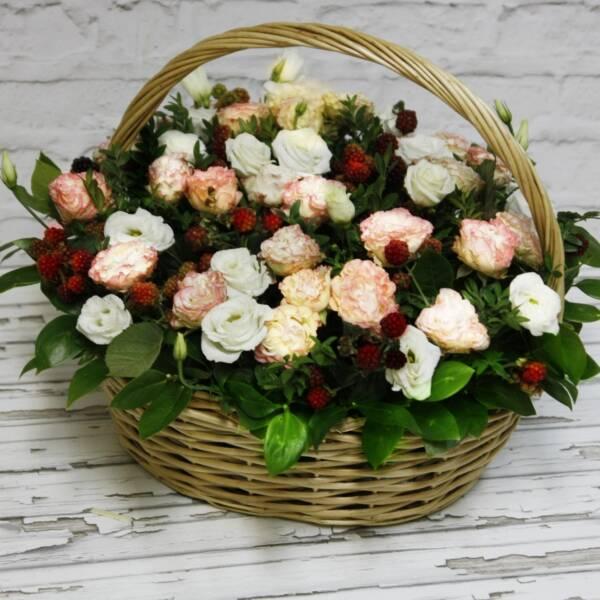 Корзина роз с эустомой и ягодками