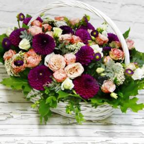 Корзина с розами Мадам Бомбастик и георгинами