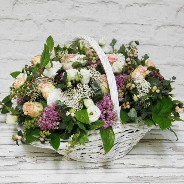 Корзина-лодочка с эустомой, розами и множеством добавок