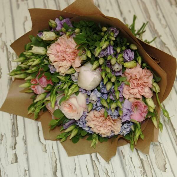 Пиоовидные розы, эустома, гвоздики