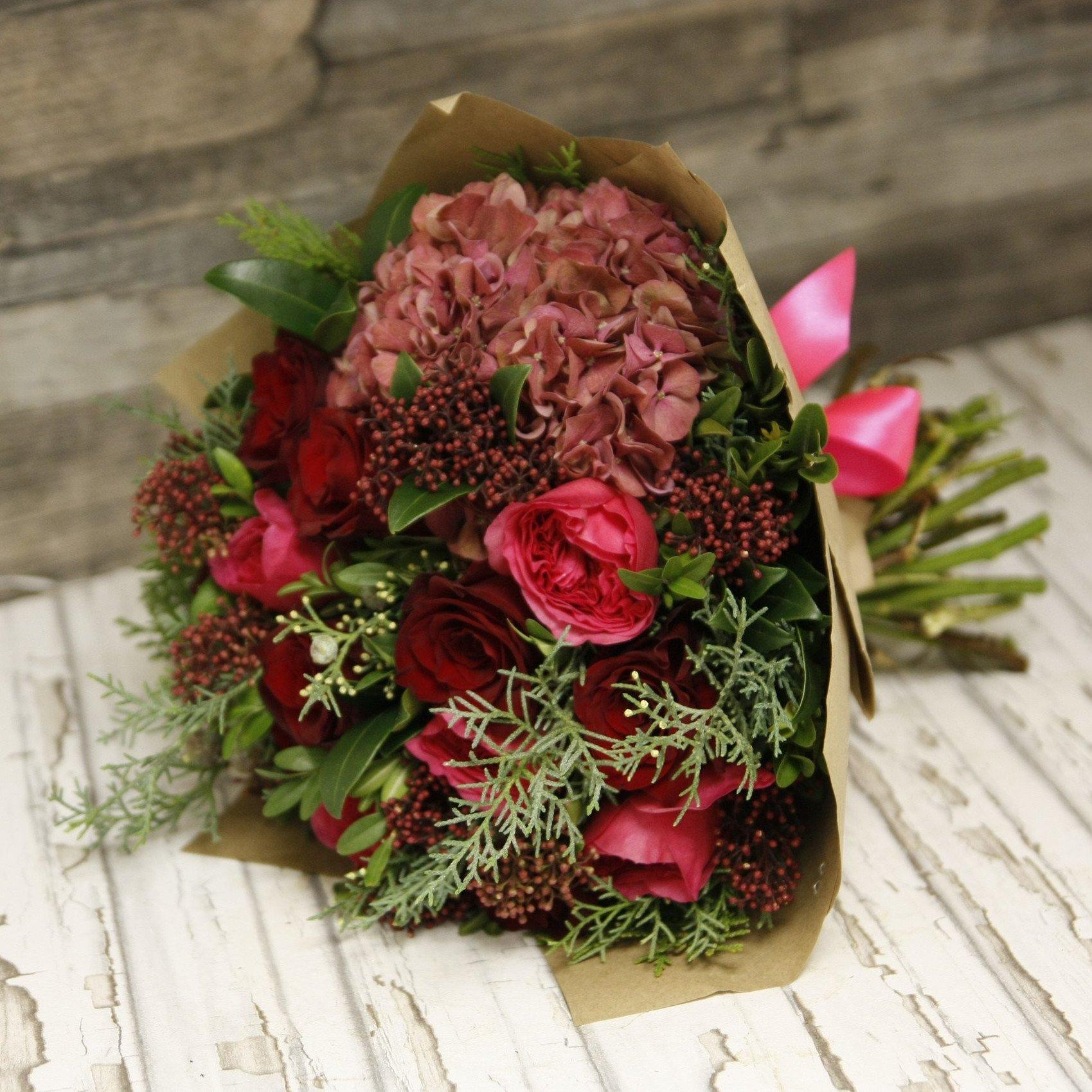 Красная гортензия и алые розы