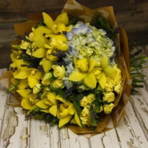 Желтые орхидеи и гортензия