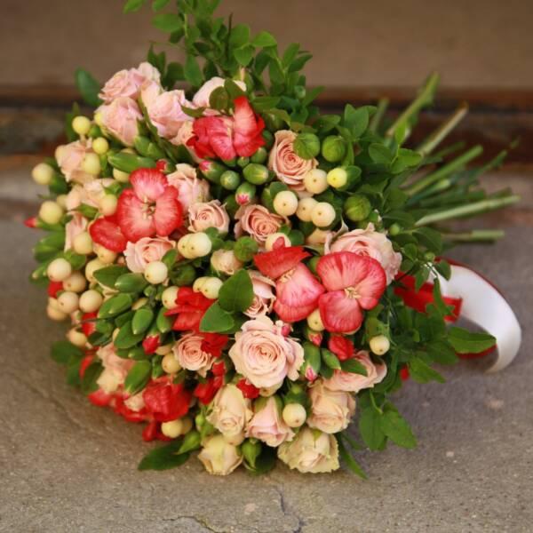 Гвоздики и кустовые розы