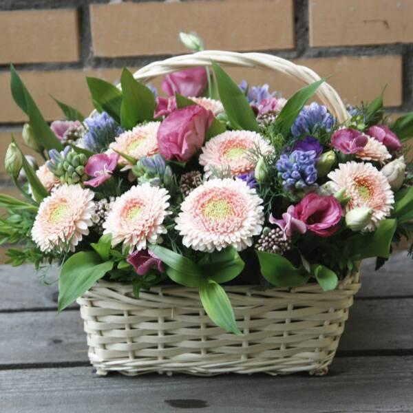 Лукошко с розовыми герберами