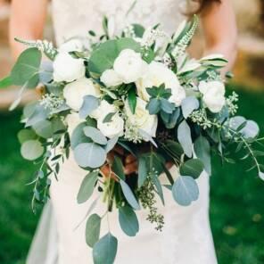 Букет невесты из белых пионовидных роз