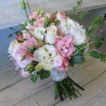 букет невесты из эустомы и кустовой розы