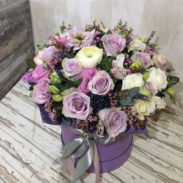цветы в шляпной коробке сиреневой